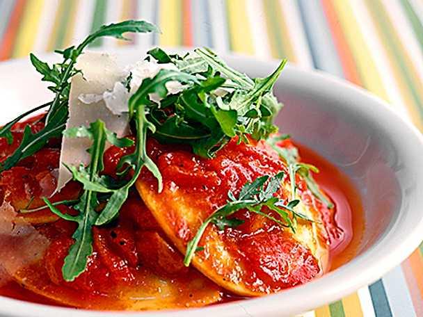 Färsk ravioli med sås av rostad paprika