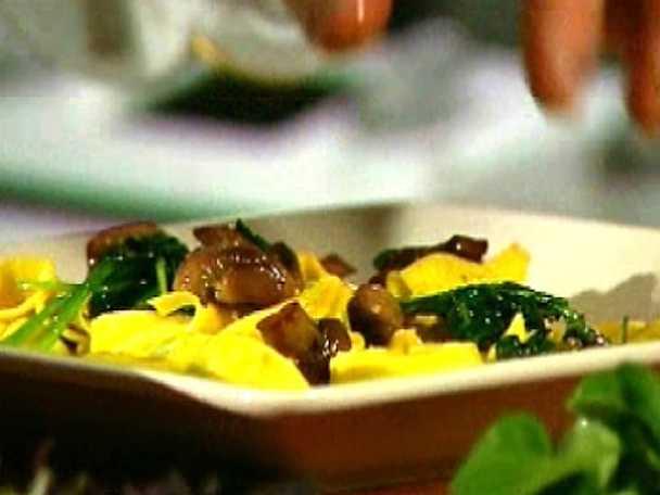 Färsk tortellini med champinjoner och nötter