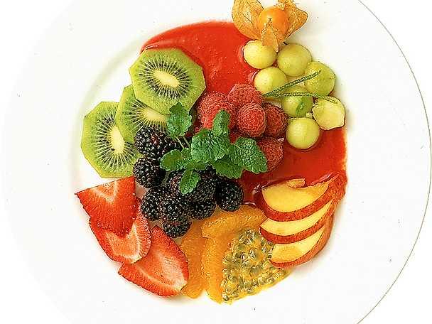 Färska frukter med hallonsås