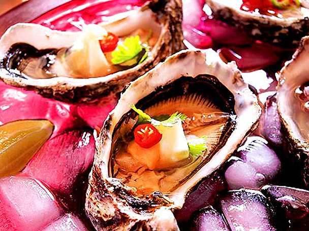 Färska ostron med två heta tillbehör