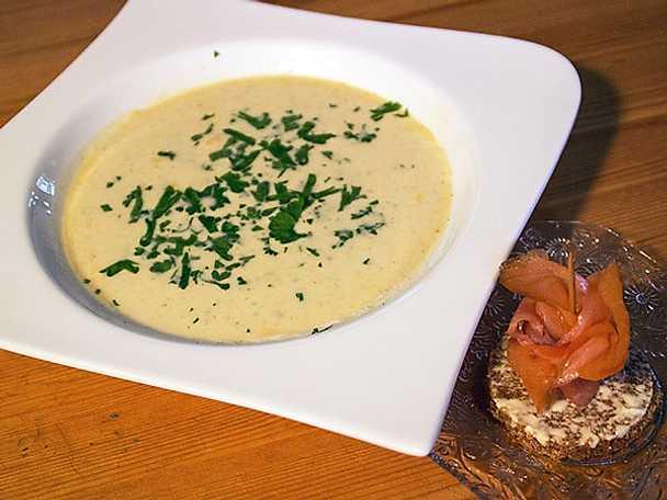 Färskostssoppa med smak av vitlök och örter