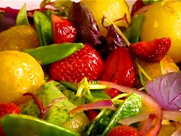 Färskpotatissallad med sparris och jordgubbar