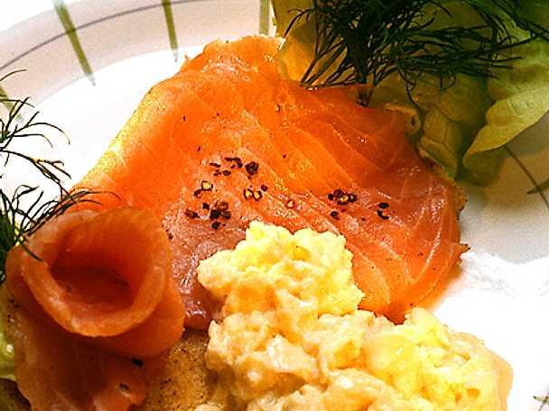 Färskrökt laxtoast med äggröra