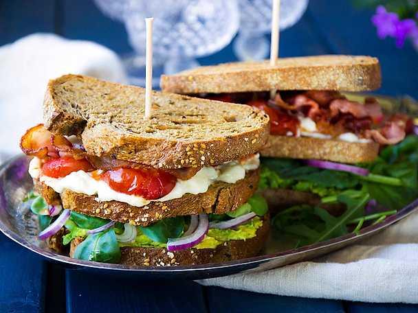 Festlig club sandwich med avokado och rostade tomater