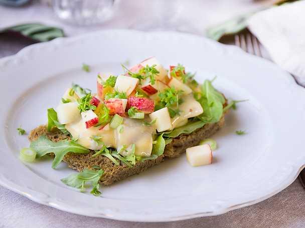 Festlig rågsmörgås med senapssill och äpple