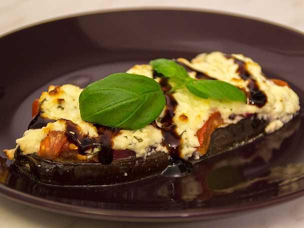 Fetaostgratinerad aubergine med tomat och basilika