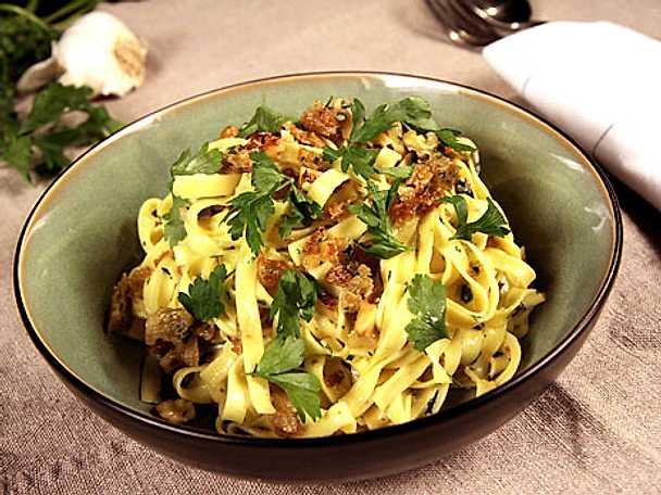 Fettucine med gorgonzola, persilja och valnötter