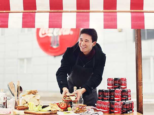 Filip Poon Coca Cola gör sandwich