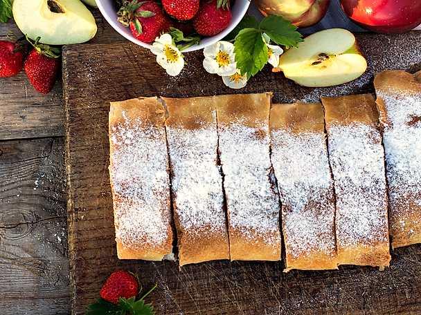 Filodegskaka med äpple och kanel