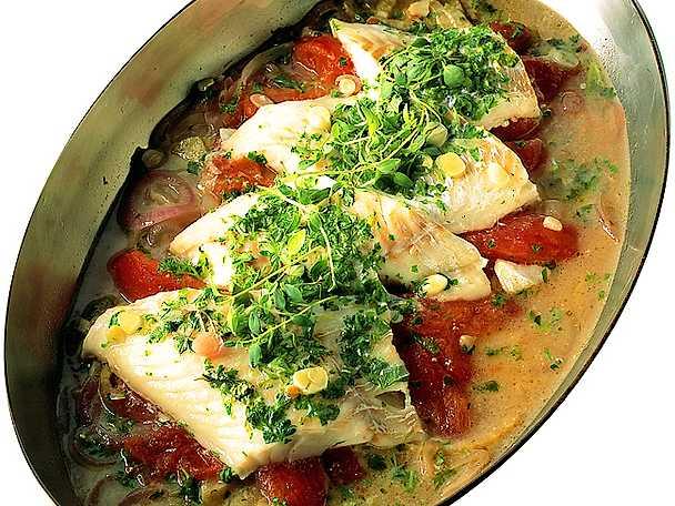 Fisk i panna med tomater och rödlök