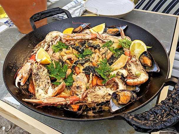 Fisk- och skaldjursgryta med färsk pasta och fond på rökta räkor