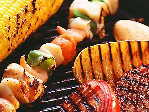 Fisk- och skaldjursspett med aioli och grillade grönsaker