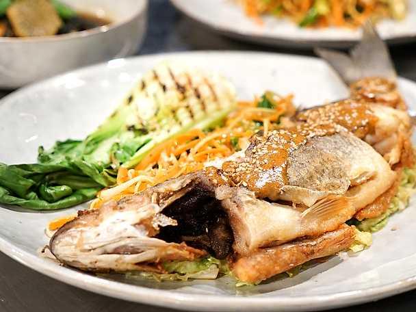 Fisk som i Sichuan med pak choi och tahinisås