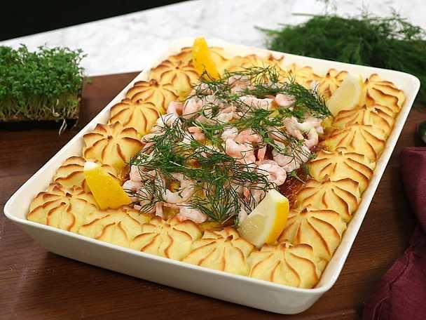 Fiskgratäng med curry, räkor och spritsat potatismos