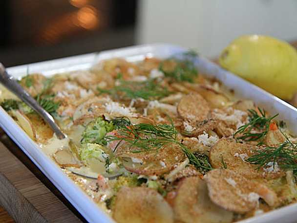 Fiskgratäng på broccoli och lax