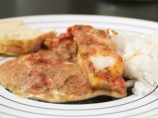 Fiskgryta, serveras med ris och grekiskt bröd