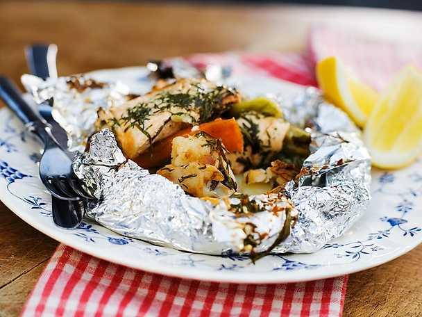Fiskpaket med grönsaker och färska örter