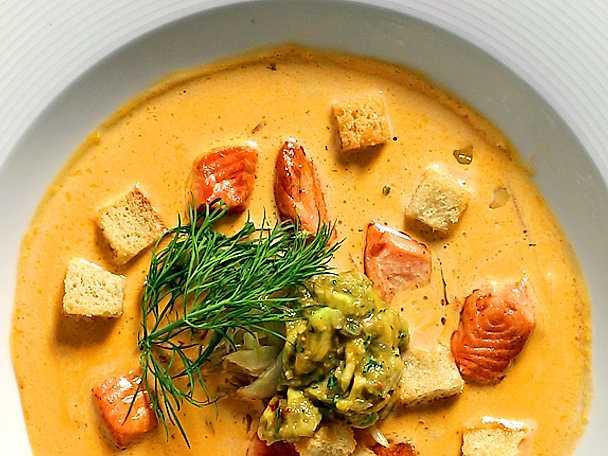 Fisksoppa med krutonger och salsa
