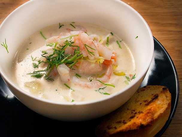 Fisksoppa med sting och vitlöksbröd