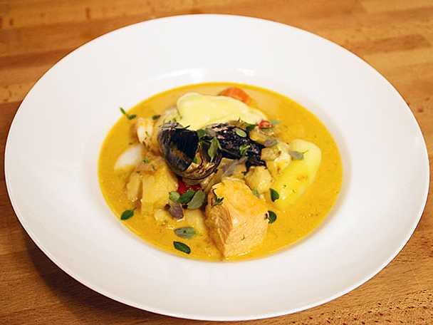 Fisksoppa med syrliga morötter, bakade tomater och aioli