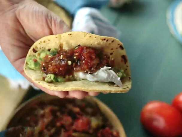 Fisktacos med salsa molcajete och guacamole