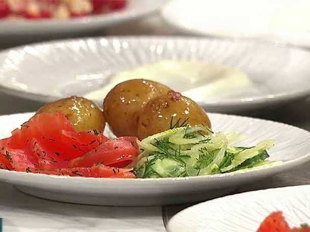 Flädergravad lax med gurksallad och färskpotatis med brynt rabarbersmör