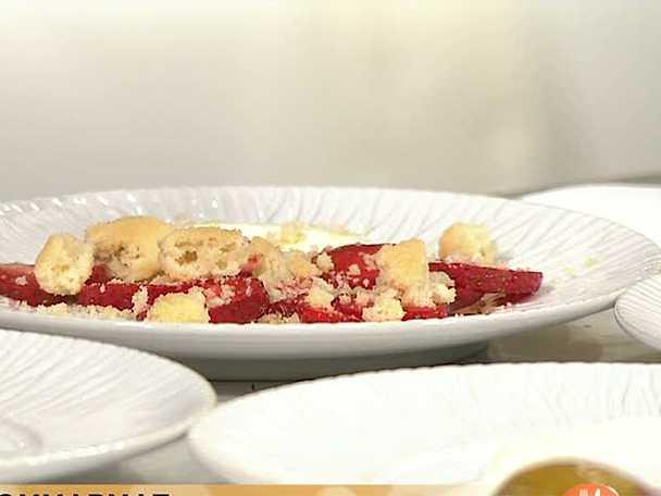Fläderkakor som serveras med jordgubbar och gräddfil