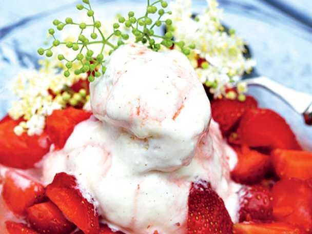 Flädermarinerade jordgubbar med vaniljglass