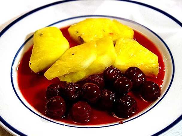 Flamberad ananas med körsbärskompott