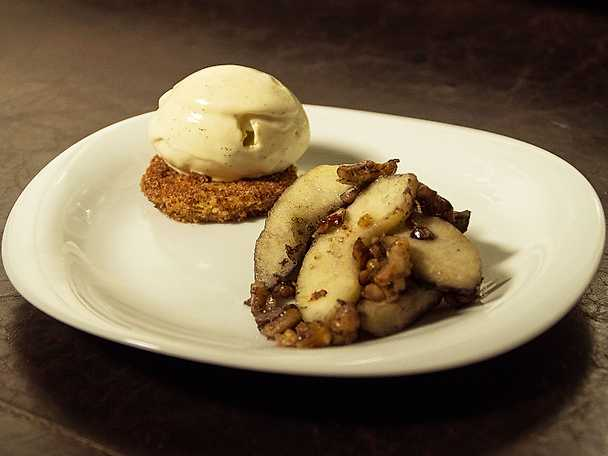 Flamberade äpplen och valnötter, serveras med lyxig vaniljglass