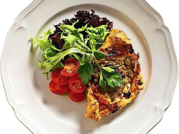 Flan med feta, lök och tomat