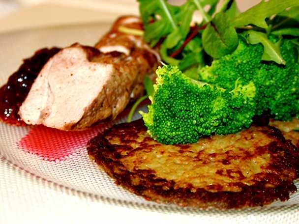 Fläskfilé med små raggmunkar, broccoli och rårörda lingon