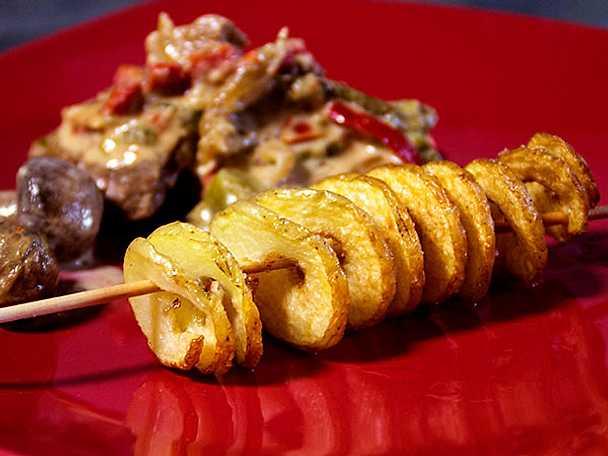 Fläskfilé med stekta grönsaker och skruvade pommes
