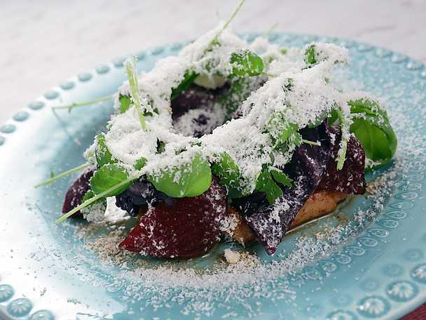 Fläskkotletter med riven fetaost och röda grönsaker