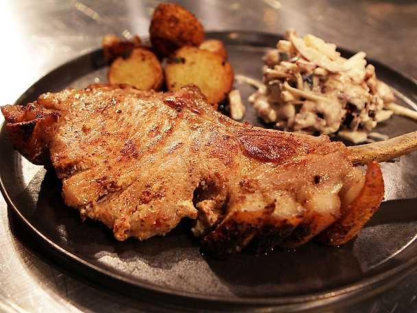 Fläskkotletter med stekt potatis och waldorfsallad