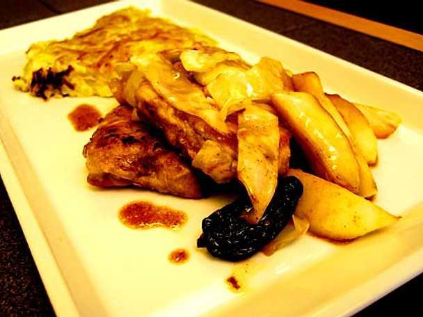 Fläskmedaljonger med äpple, katrinplommon, vitkål och snabb potatisgratäng