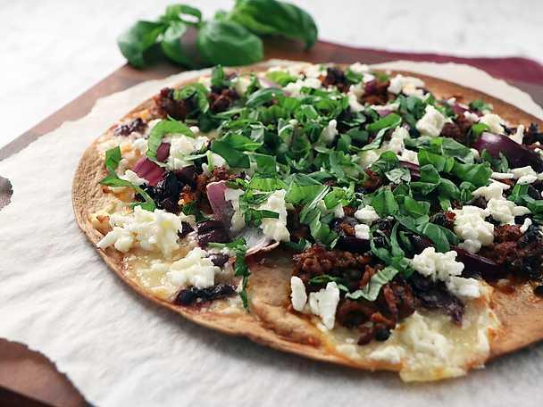 Flat bread pizza med lammfärs och mynta