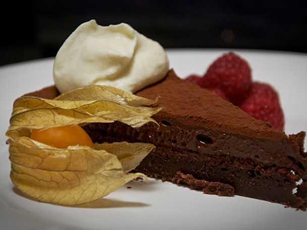 Fluffig chokladtårta med hallon, physalis och grädde