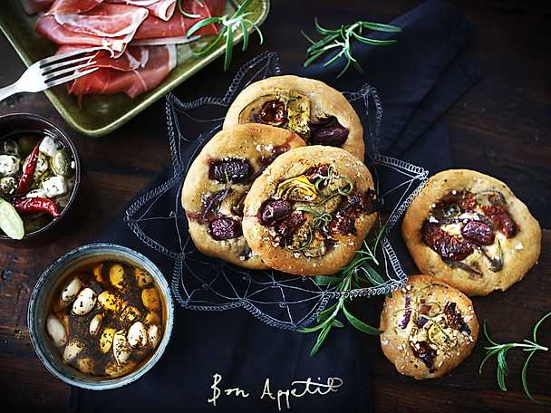 Focaccia med oliver och örtvitlöksklyftor