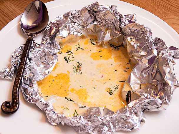 Folielindad räksoppa med smak av galangal och Verdicchio