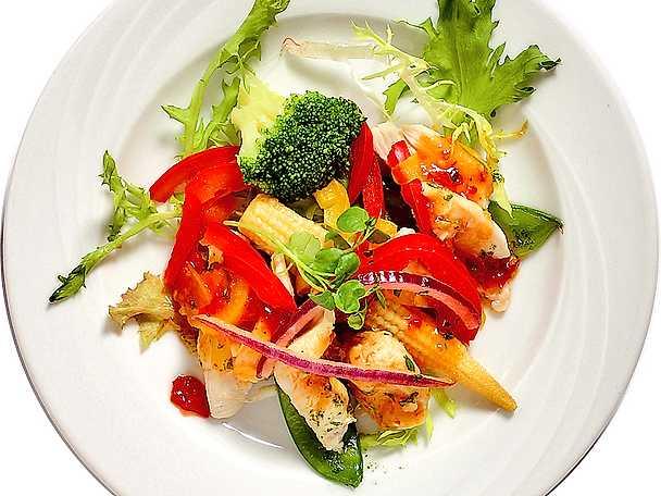 Förrättssallad med kyckling och sweet chili-dressing