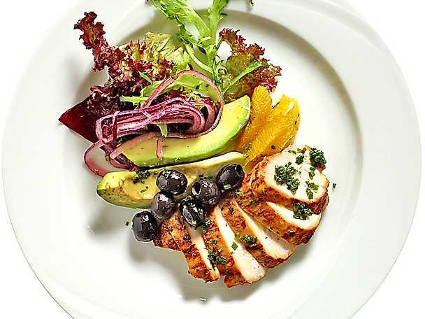 Förrättssallad med kycklingfilé, apelsin och avokado