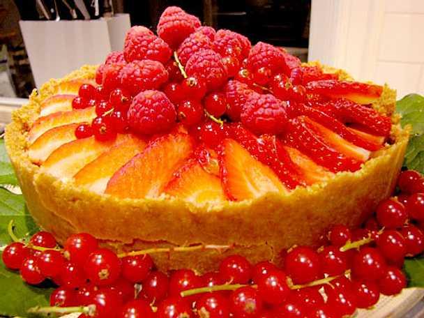 Försommarpaj med lime och jordgubbar