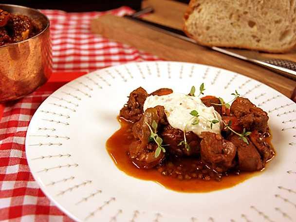 Fransk gryta med korv, lammkött och rostad vitlökskräm