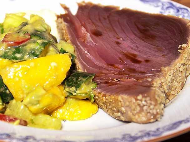 Fräsch asiatisk sommarsallad med halstrad tonfisk