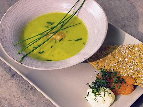 Fräsch gurksoppa med vispad crème fraiche och Kalixlöjrom