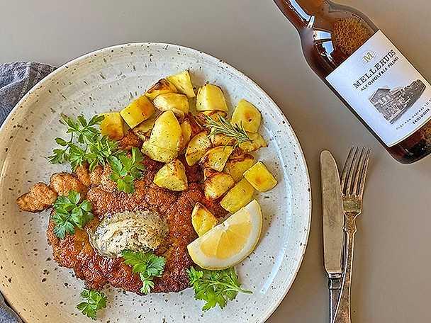 Frasig kycklingschnitzel med sardellsmör och citronpotatis Melleruds