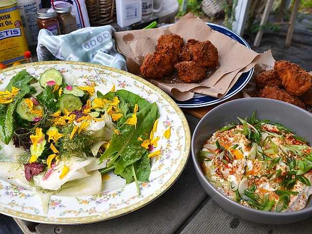 Fried chicken med trädgårdssallad och spiskumminyoghurt