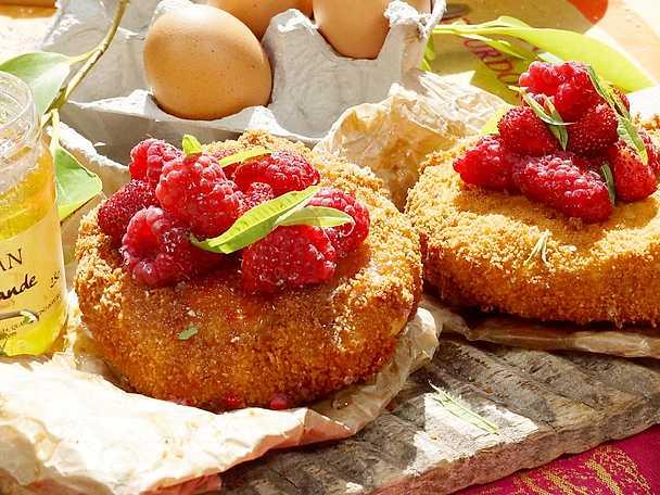 Friterad camembert med hallon och lavendelhonung