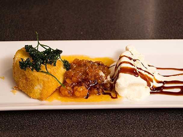 Friterad camembert med rårörda hjortron och vaniljglass